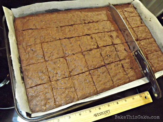 measuring brownie pan for cutting by bakethiscakecom